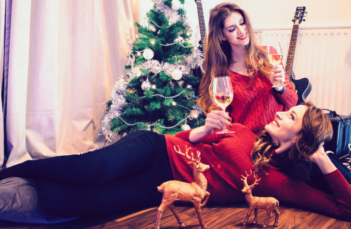 christmas eve home tree wine friends girls RÖD Wine red sweater